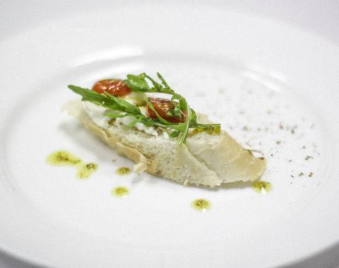 Томат черри, сыр моцарелла, под соусом песто на хрустящем тосте