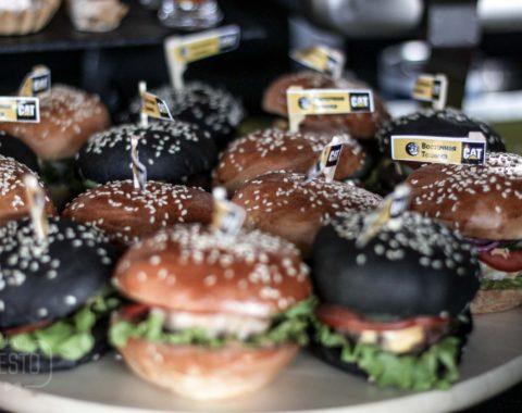 Черный бургер с бифштексом из говядины и сыром